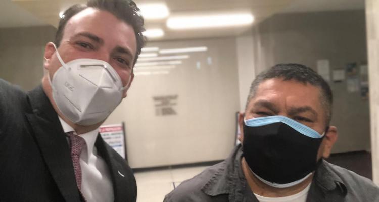 Padre hispano logra vencer la deportación y recibe su residencia