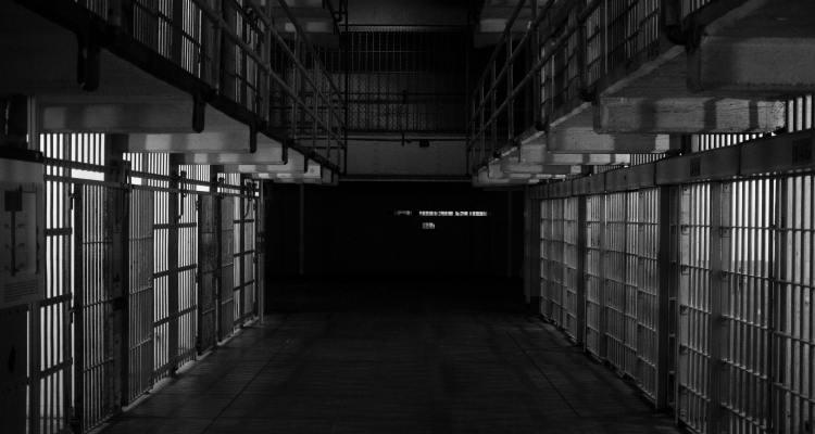 Hallan recluso ahorcado con una sábana en Seminole, autoridades investigan