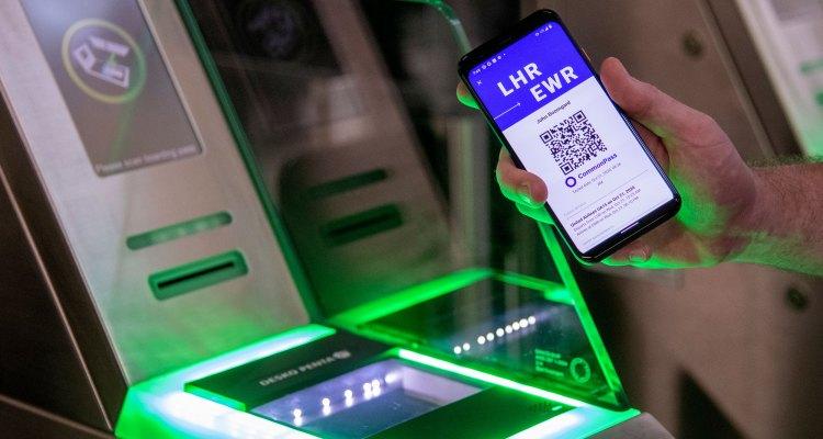 Pronto podría requerirse un 'pasaporte de vacunas' en cines, aeropuertos y conciertos