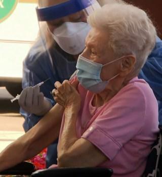 Vacunar a los mayores de 70 años, un reto para los proveedores de salud