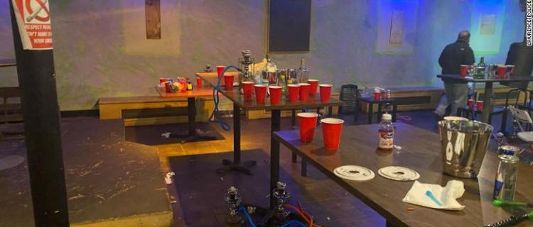 Policía clausura club nocturno ilegal en el sótano de una casa