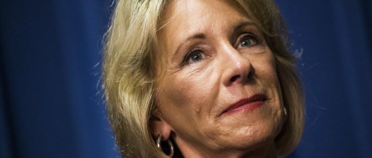 Renuncia Betsy DeVos, secretaria de Educación, por caos en Capitolio