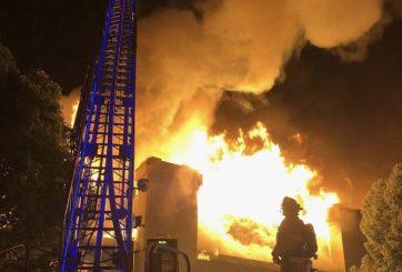 Feroz incendio destruye un condominio en Carlsbad