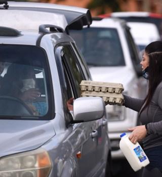 Millones de estadounidenses están recurriendo a bancos de alimentos por primera vez