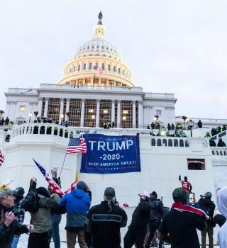 Tras asalto al Capitolio, crece llamado a la destitución de Trump