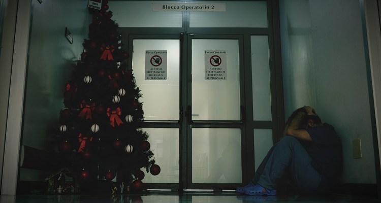 Sospechan que disfraz inflable de Navidad esparció COVID-19 en hospital