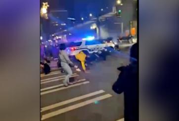 Oficial de policía arrolla a multitud y hiere a al menos una persona