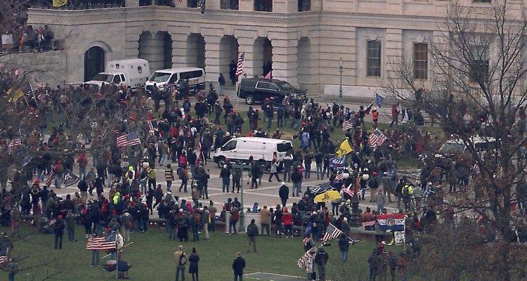 Manifestantes Pro-Trump frenta al Capitolio
