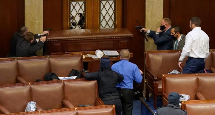 Muere simpatizante de Trump tras enfrentamiento armado en el Capitolio