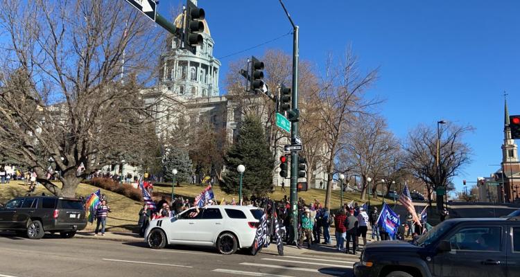 Manifestantes simpatizantes de Donald Trump se reúnen en frente del Capitolio de Colorado