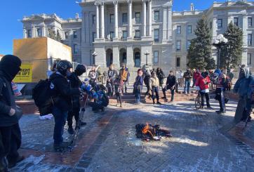 Grupos empiezan a reunirse para protestar y se dirigen al Capitolio de Denver