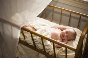 6 estrategias aprobadas por expertos para dormir al bebé y no morir en el intento
