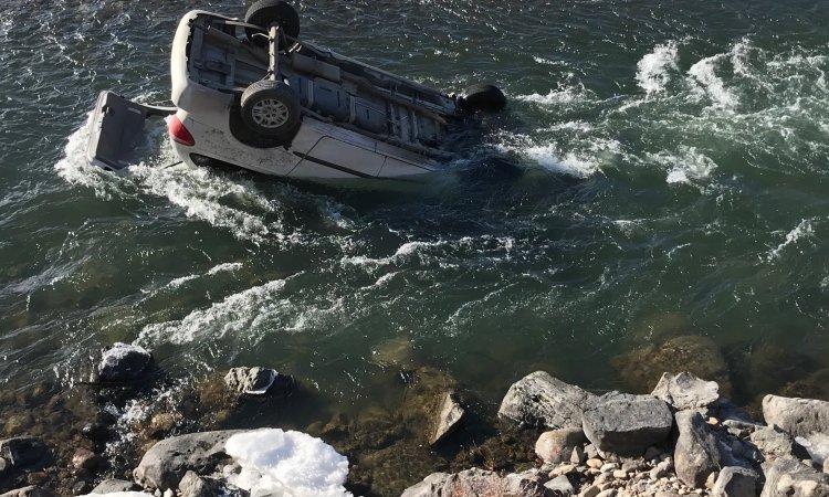 Rescatan a conductora de vehículo sumergido en río casi congelado