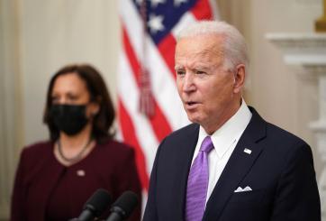 Biden avanza para incrementar el salario mínimo a $15 por hora