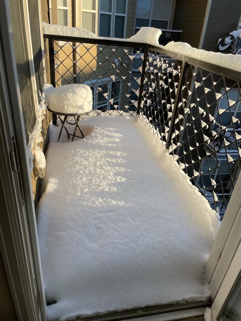 Balcón lleno de nieve