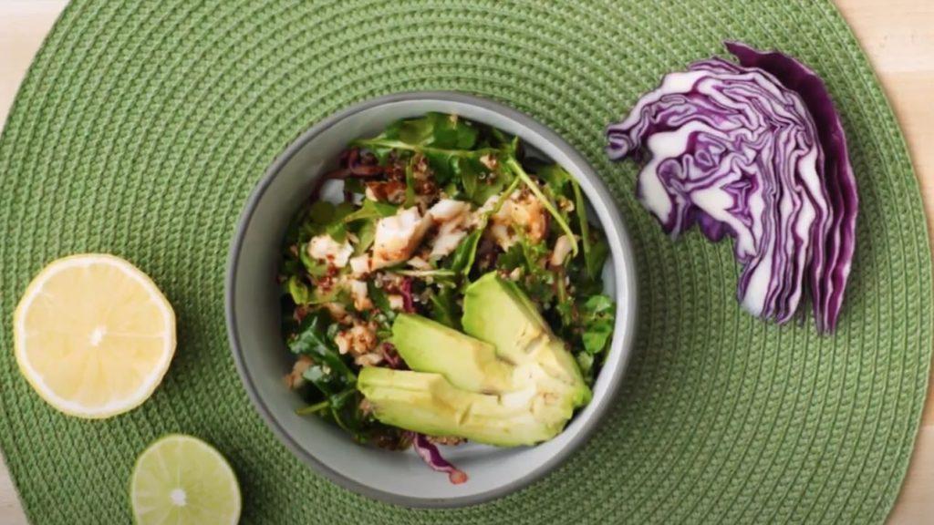 Plato de ensalada de pescado con aguacate