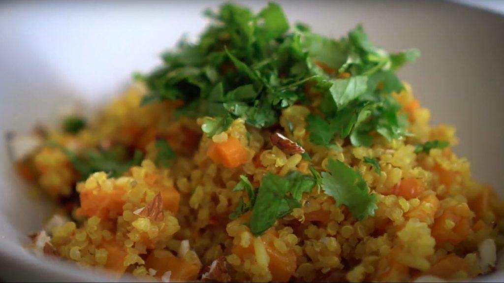 Pilaf de arroz y quinoa servido en un plato