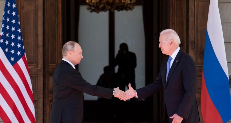 Tensos minutos de gritos y forcejeos se vivieron en la cumbre de Biden y Putin