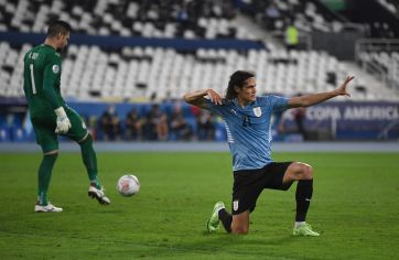 Edinson Cavani de Uruguay celebra un penalty