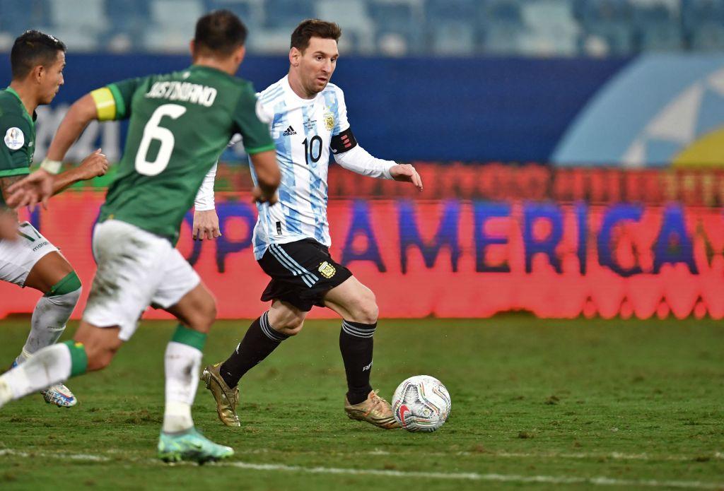 Lionel Mesi de Argentina se enfrenta a Leonel Justiniano de Bolivia