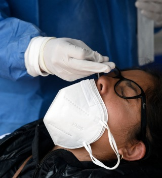 Mujer se realiza prueba molecular para detectar el Covid-19