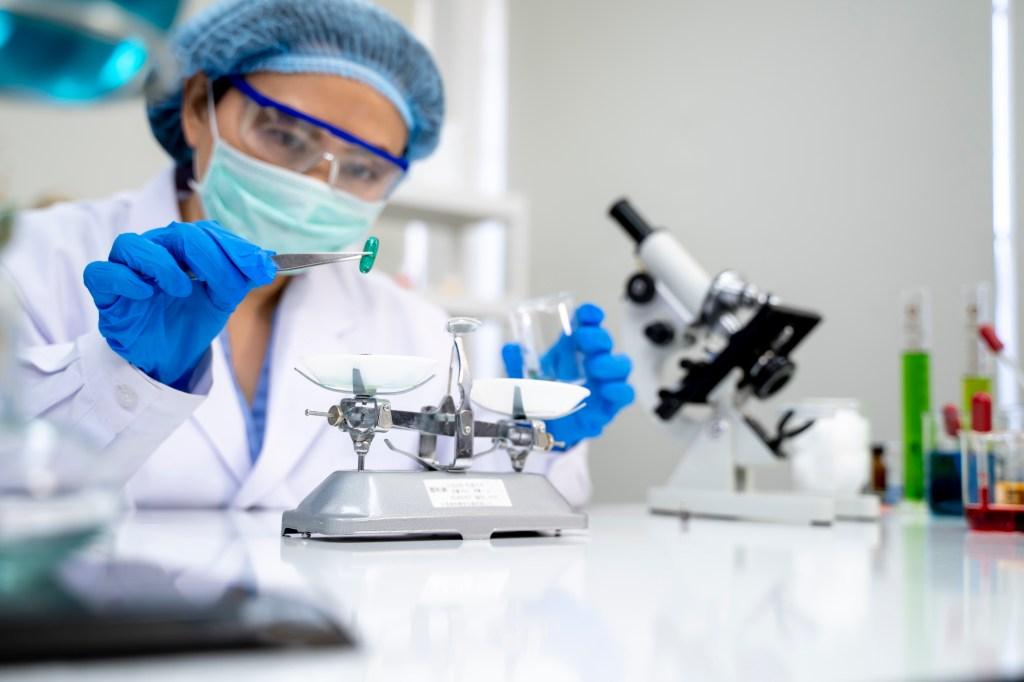 Técnica de laboratorio observa píldora