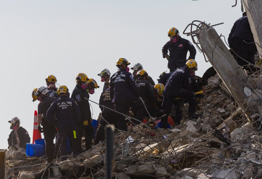 Rescate entre los escombros del edificio que colapsó en Surfside