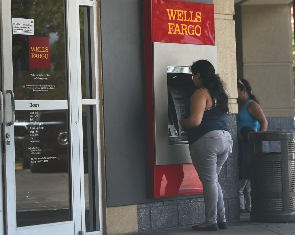 Señora saca dinero de ATM de Wells Fargo en Miami