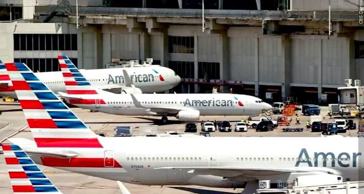 Ataron a mujer a su asiento tras intentar abrir puerta de avión en vuelo