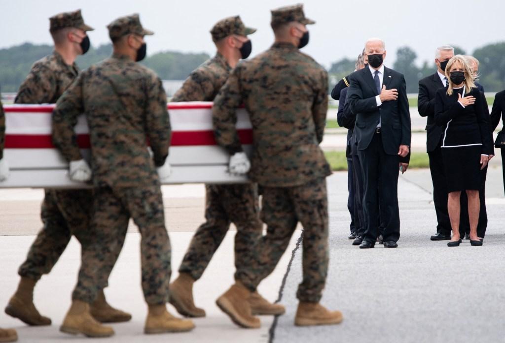 Biden recibiendo los cuerpos de los soldados fallecidos en Afganistán