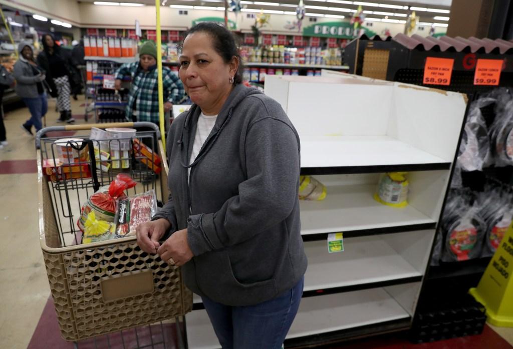 Mujer hace compras en supermercado de Oakland, California
