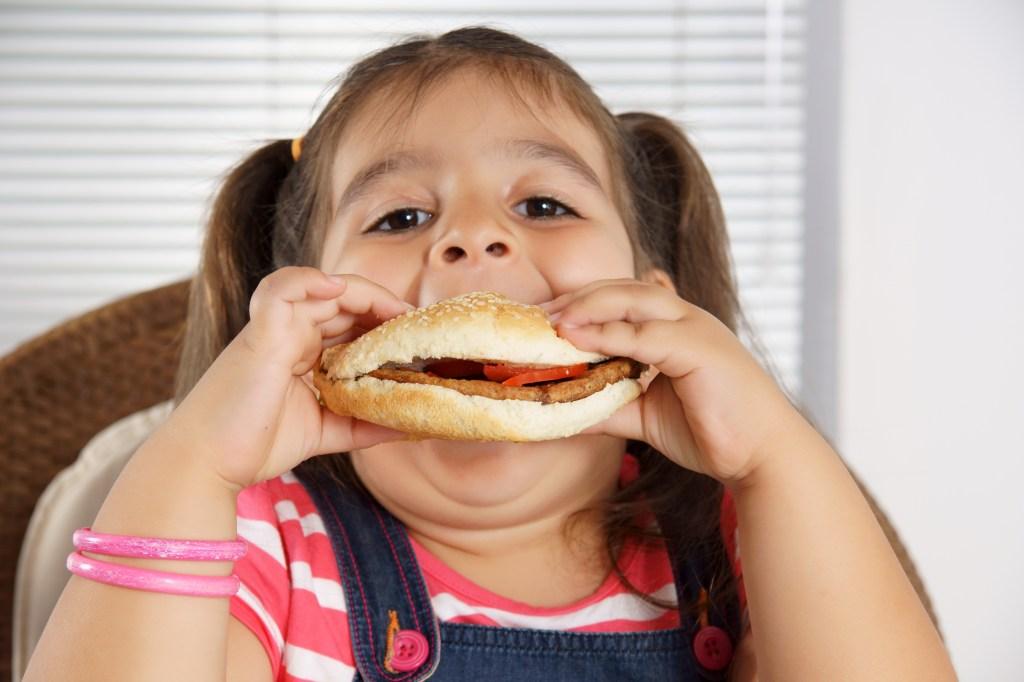 Niña comiendo hamburgues